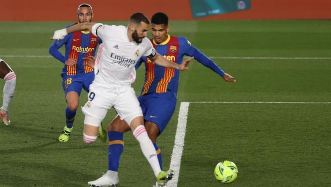 Karim Benzema remata durante el partido de la jornada 30 de Liga en Primera División entre el Real Madrid y el FC Barcelona.