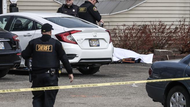 Agentes en el lugar del tiroteo en Kenosha, Wisconsin.