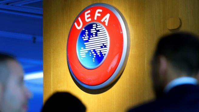 El logo de la UEFA, en su sede.