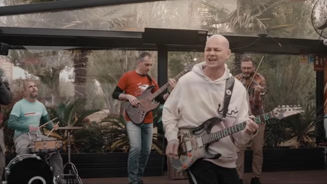 Los Celtas Cortos, en una imagel del videoclip de 'Mañana sale el sol'.