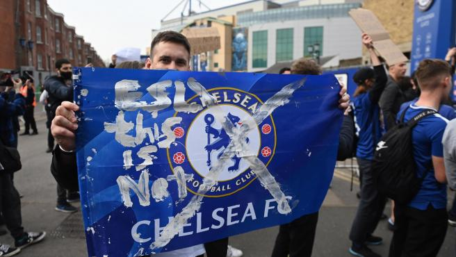Los fans del Chelsea celebran la renuncia de su equipo a participar en la Superliga.
