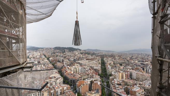 Colocación del pináculo de la torre de la Mare de Déu de la Sagrada Família, este martes 20 de abril de 2021.