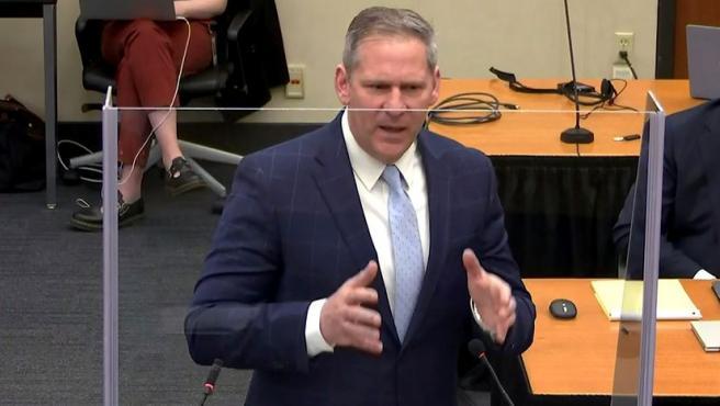 El fiscal Steve Schleicher, este lunes en Minneapolis, da su alegato final.