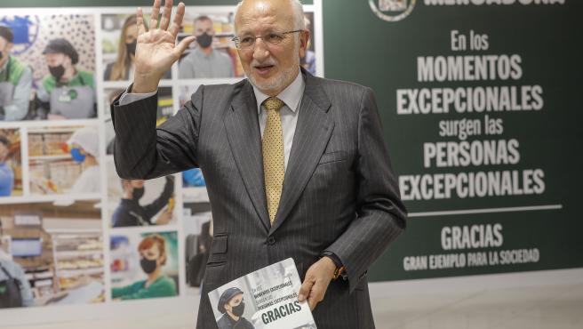 El president de Mercadona, Juan Roig, saluda durant una roda de premsa, a 20 d'abril de 2021, en el Polígon Industrial Font del Pitxer, Paterna, València, Comunitat Valenciana, (Espanya).