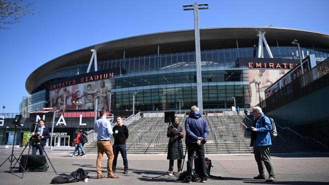 Periodistas a las puertas del Emirates Stadium, el campo del Arsenal