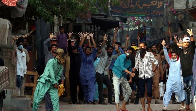 Seguidores del partido TLP se enfrentan a la Policía en Karachi.