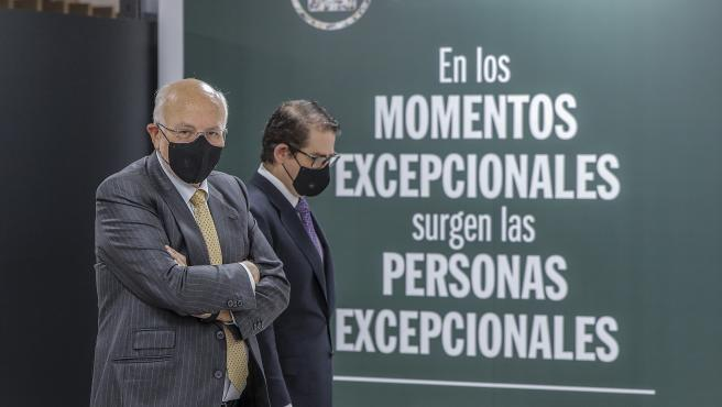 ROBER SOLSONA...202104120....VALENCIA....EL PRESIDENTE DE MERCADOMA JUAN ROIG POSA JUNTO A SU EQUIPO DESPUÉS DE PRESENTAR LA CUENTA DE RESULTADO.