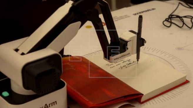 El robot que firma libros pudo verse ayer en Barcelona.