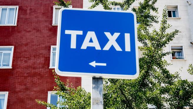 Archivo - Señal de aparcamiento de taxi.