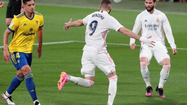 Benzema y Nacho celebran un gol ante el Cádiz.