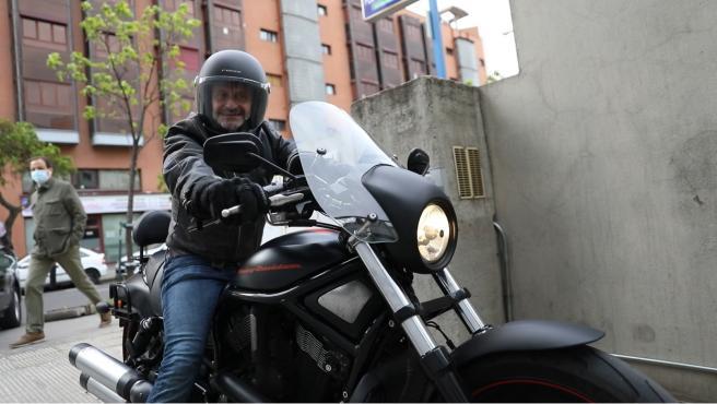 Edmundo Bal, candidato de Cs a la salida de la sede del partido 'naranja' hacia los estudios de Telemadrid en su Harley Davidson.