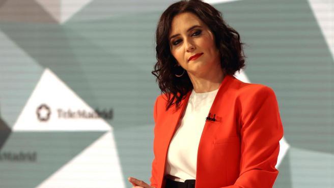 La presidenta de la Comunidad de Madrid, Isabel Díaz Ayuso, ha llegado a los estudios de Telemadrid con un verdadero 'outfit' conjuntado con los colores de la bandera autonómica de la Comunidad.