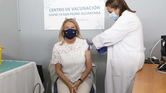 La alcaldesa del municipio malagueño de Marbella, Ángeles Muñoz, recibe en el centro de vacunación de San Pedro Alcántara la primera inyección de AstraZeneca.