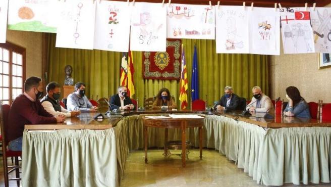 La presidenta del Consell de Mallorca, Catalina Cladera, durante su visita al Ayuntamiento de Sóller.