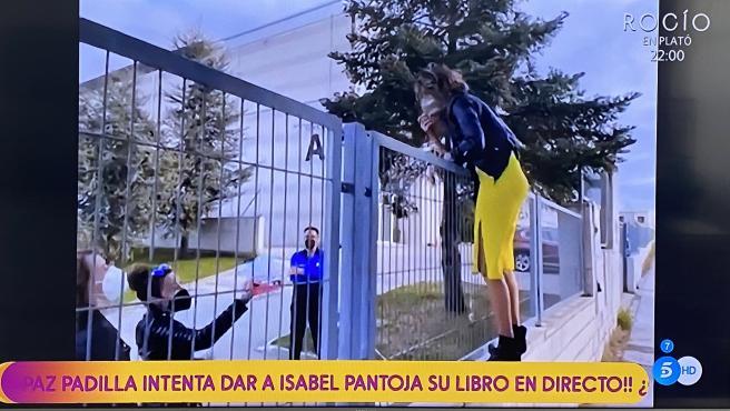Paz Padilla intenta saltar la valla de los estudios Picasso.