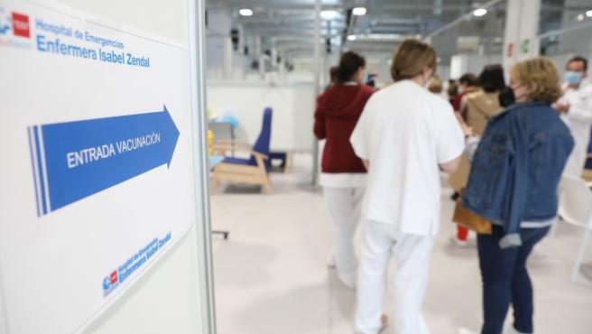 Varias personas acuden a recibir la vacuna contra el Covid-19 en el Hospital Isabel Zendal, Madrid, (España), a 31 de marzo de 2021.