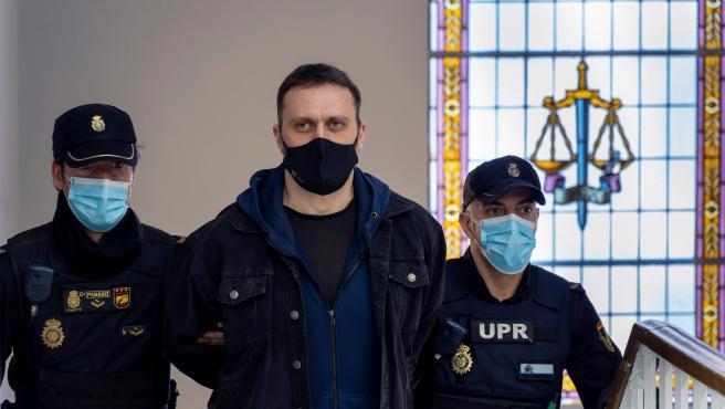 Los miembros del jurado han considerado este jueves culpable al serbio Norbert Feher, Igor el Ruso, de los asesinatos de un ganadero y de dos guardias civiles junto a una caseta rural en Andorra (Teruel), de forma sorpresiva y con la intención de matar.