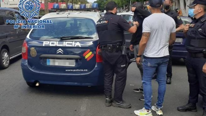 Agentes de la Policía Nacional en el momento de la detención de los jóvenes en la calle Tomás Morales de Las Palmas de Gran Canaria