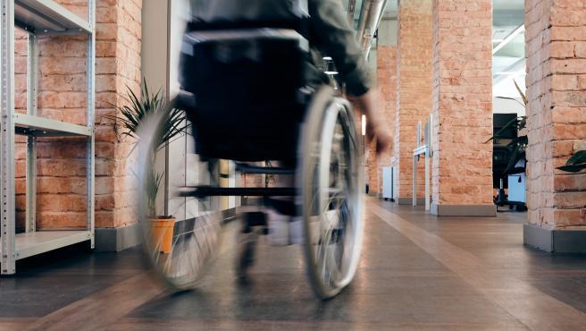 Archivo - Persona en silla de ruedas.