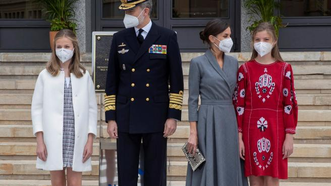 La princesa Leonor, el rey Felipe VI, la reina Letizia y la infanta Sofía posan en el astillero de Navantia, momentos antes de la puesta a flote del nuevo submarino, el S-81.