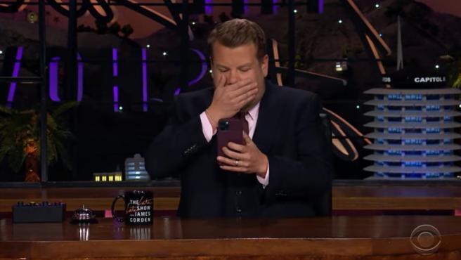 El presentador James Corden, llamando a Oprah.