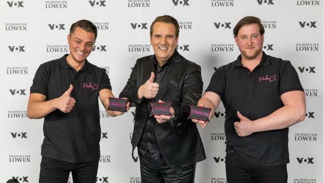 Los creadores de los 'Pinky gloves' en su presentación.