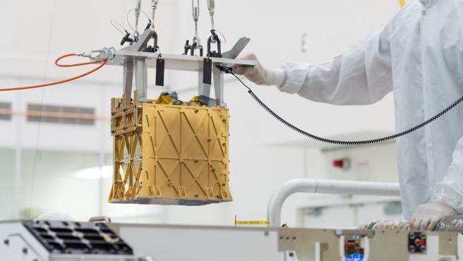 Los técnicos de la NASA presentan MOXIE en Perseverance.
