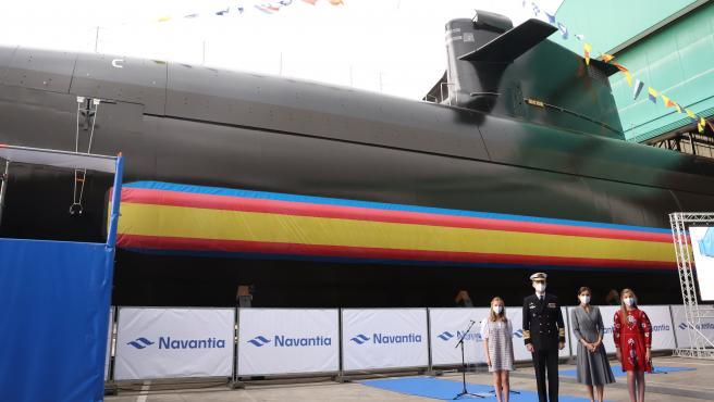 La familia real posa junto al submarino S-81 Isaac Peral, el día de su botadura, en Cartagena (Murcia).