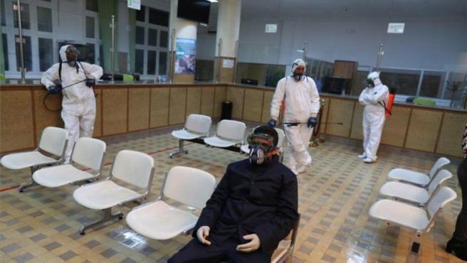 Personal médico en Túnez atendiendo la crisis por el coronavirus.