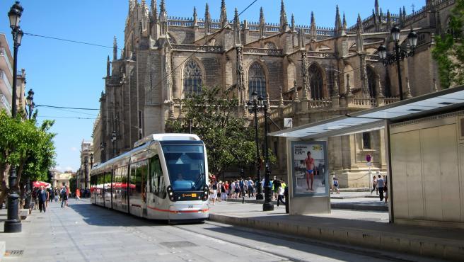 Archivo - El metrocentro a la altura de la Catedral de Sevilla y el Archivo de Indias, en una imagen de archivo.