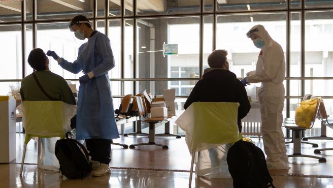 Varias personas se realizan una prueba PCR en una imagen de archivo.