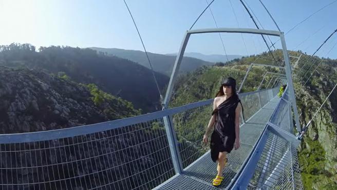 Portugal estrena el puente colgante peatonal más largo del mundo con un  desfile de moda