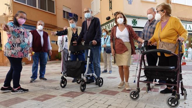 La concejala socialista Begoña Medina con ciudadanos denuncian los problemas de accesibilidad en la ciudad