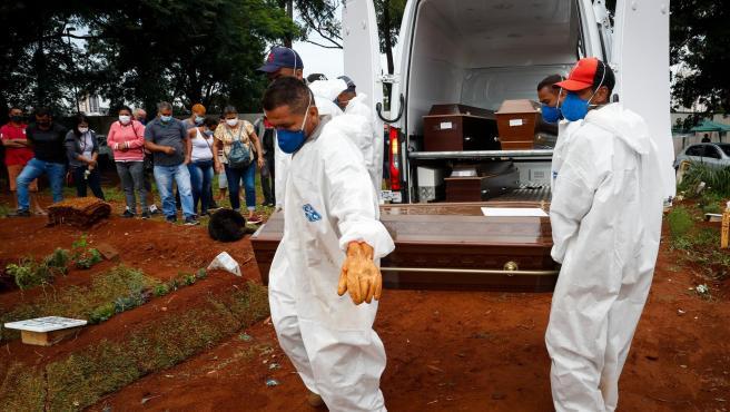 Entierro de personas fallecidas por covid-19 en un cementerio de Sao Paulo (Brasil).