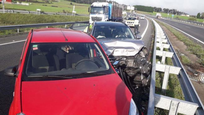 Accidente de tráfico con tres personas heridas en la A-8, en Coaña.