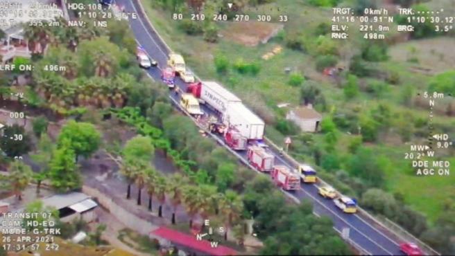 Accidente en la C-14 en Alcover (Tarragona) con dos camiones y un coche implicados, el 26 de abril de 2021.