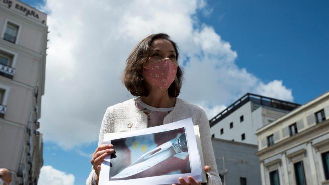 La ministra Reyes Maroto muestra una foto de la navaja que le han enviado a la sede del Ministerio.