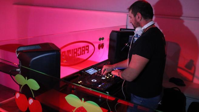 Un DJ poniendo música en un bar musical. Imagen del 1 d'abril de 2021