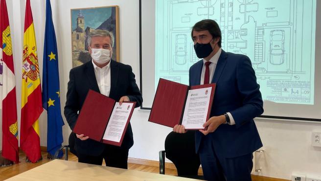 El consejero de Fomento y Medio Ambiente, Juan Carlos Suárez-Quiñones, y el alcalde de Carracedelo, Raúl Valcarce (d), firman el convenio de colaboración entre ambas instituciones.