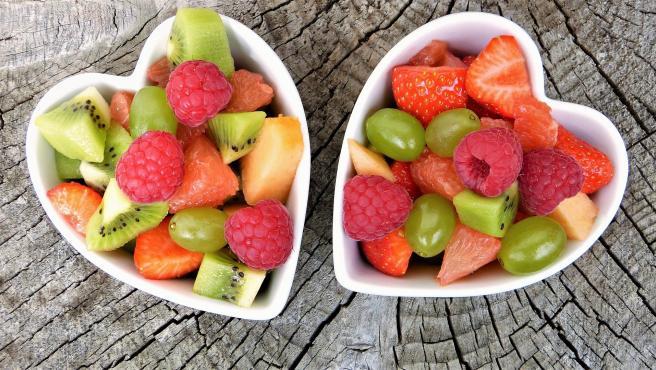 Plátanos, cerezas o kiwi son algunas de las principales recomendaciones para gozar de un descanso placentero gracias a su contenido en melatonina y serotonina. Una pieza de fruta antes de dormir será de gran ayuda.
