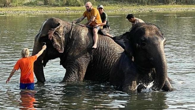 Kiko Rivera y Jesús Calleja, en Nepal, en una experiencia con elefantes.