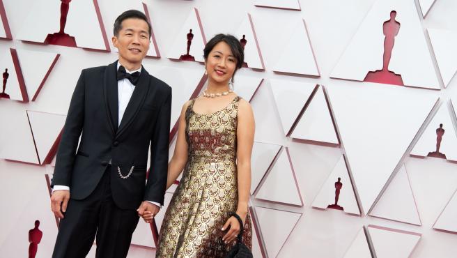 El director de 'Minari' llega a la alfombra roja acompañado por su pareja.