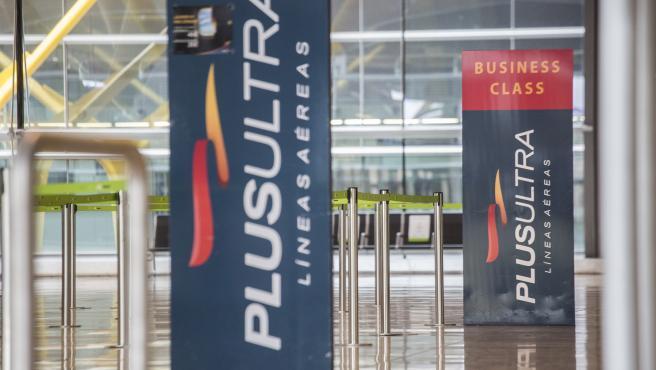 Un panel muestra información sobre vuelos de la aerolínea Plus Ultra, en el aeropuerto de Madrid - Barajas Adolfo Suárez, a 21 de abril de 2021, en Madrid (España). La titular del Juzgado de Instrucción número 15 d
