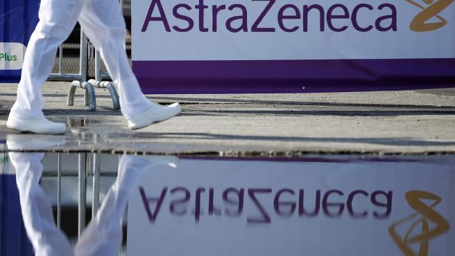 Un sanitario camina ante un cartel de la farmacéutica AstraZeneca, en Panamá.