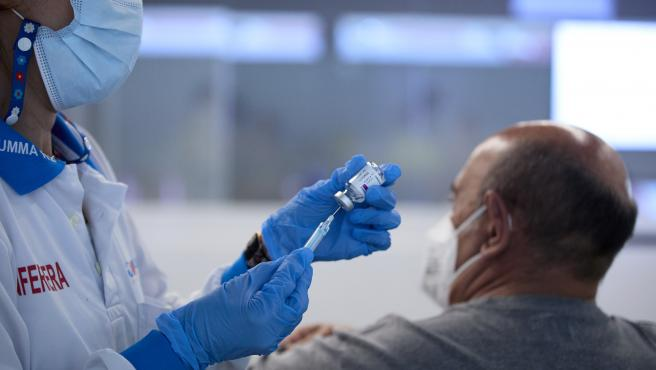 Una persona recibe la vacuna contra el Covid-19 en el dispositivo puesto en marcha en las instalaciones del Wanda Metropolitano