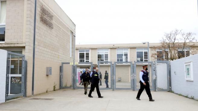 Agentes de los Mossos d'Esquadra en el Instituto Vidreres de Girona en el que un alumno apuñaló a un profesor con un cuchillo.