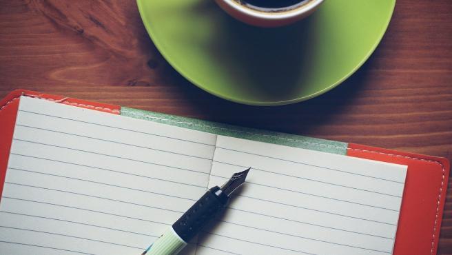 Escribir en un cuaderno.