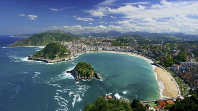 La Playa de La Concha ofrece una de las imágenes más reconocibles de San Sebastián.