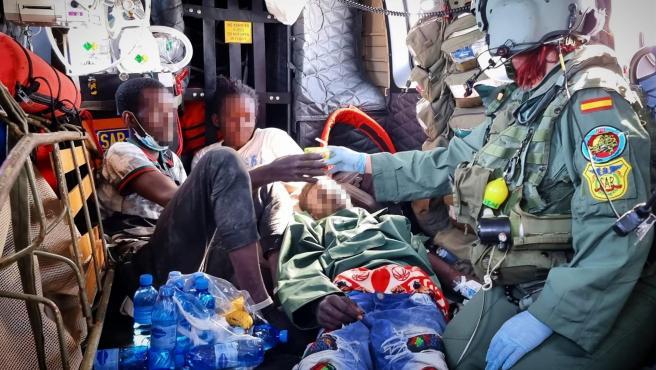 Rescate de los tres supervivientes, dos hombres y una mujer, del cayuco ubicado a 490 kilómetros de la isla de El Hierro con 24 cadáveres a bordo.