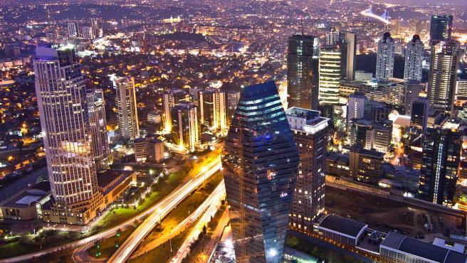 Vistas de la ciudad de Estambul por la noche.